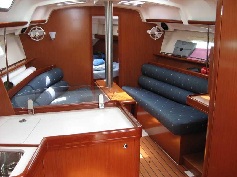 Oceanis 323 Interior