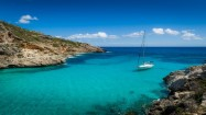 sailing-boat-at-anchor-paradise-wild-bay-cala-marmolis