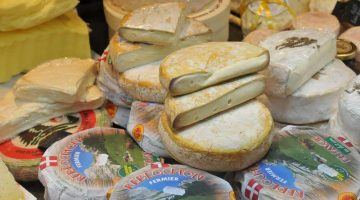 brittany-itinerary-cheese-stall