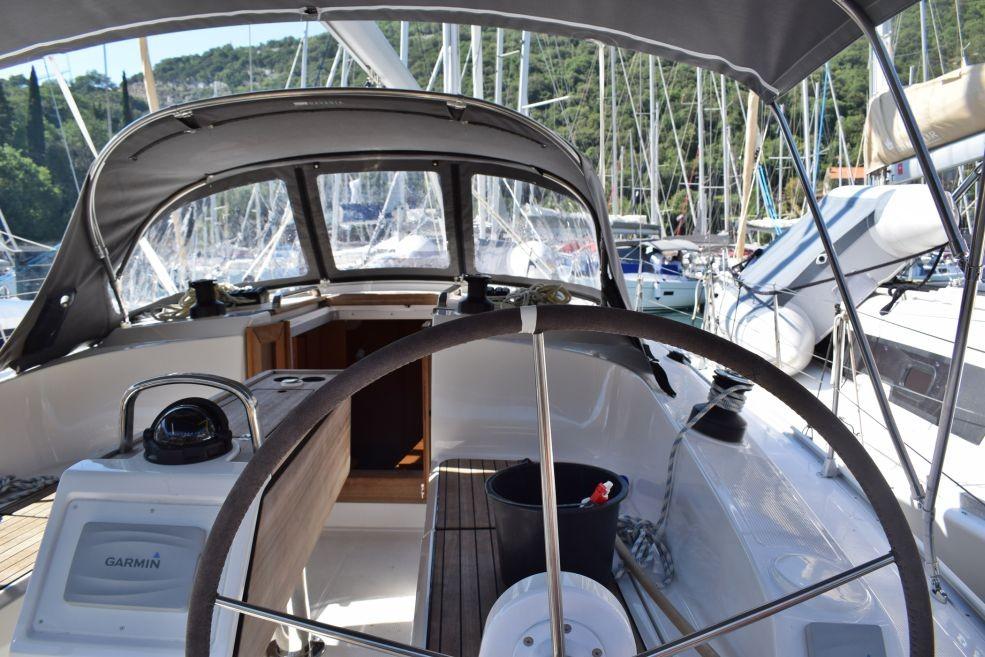 Bavaria Cruiser 37 cockpit