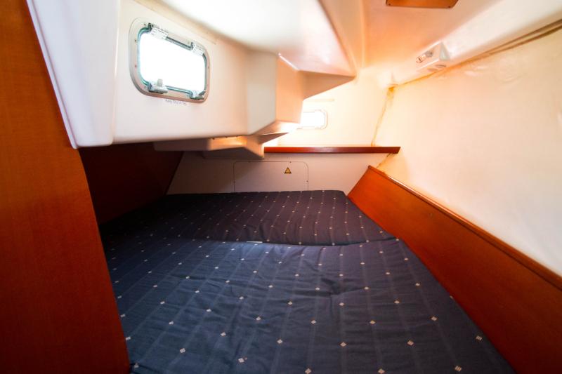 Oceanis 323 cabin