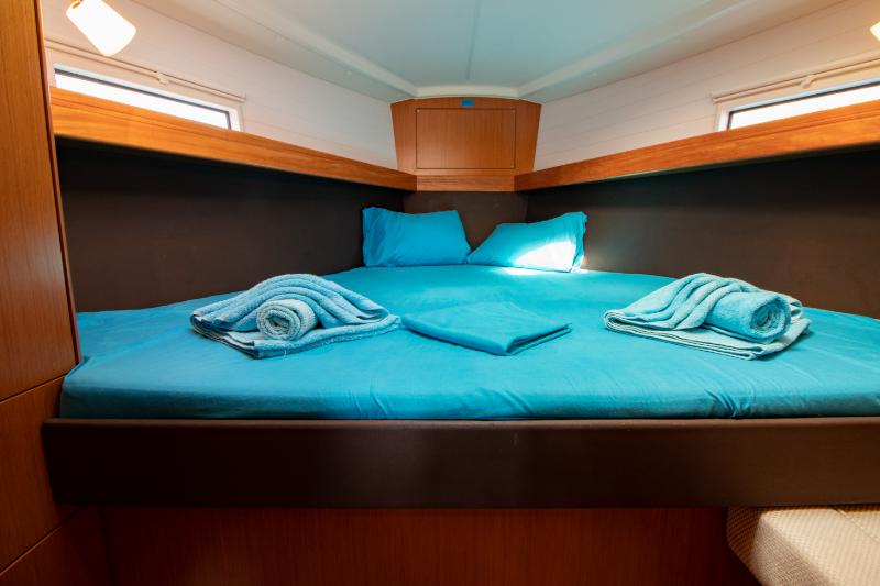 Bavaria 37 cabin