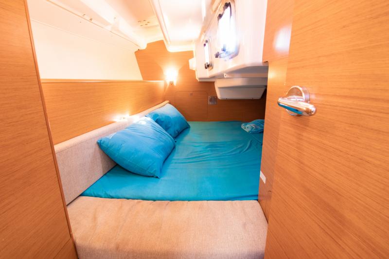 Sun Odyssey 33i cabin