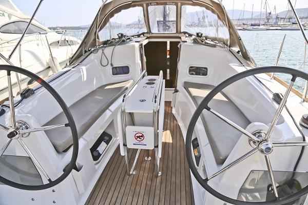 Sun Odyssey 349 cockpit